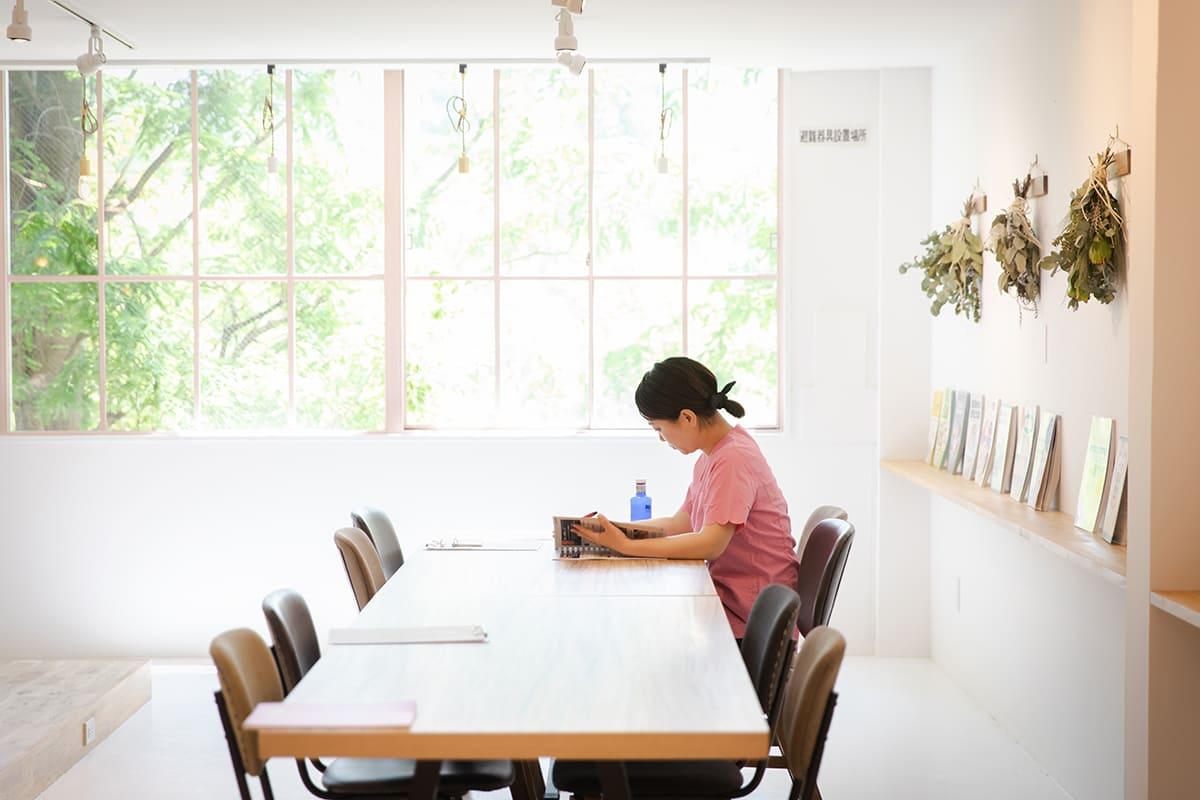 専門書を読んだり、マネキンで自主トレしたり。自習・図書スペース